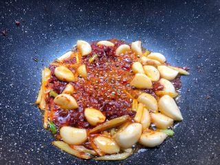 红烧鳝段,放入豆瓣酱炒出红油