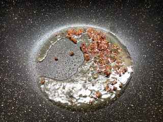 红烧鳝段,热锅放入适量油,放入花椒小火炒出香味