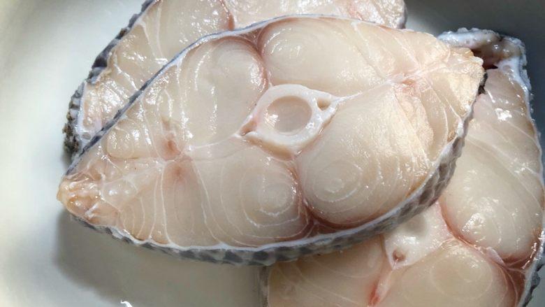 柠香鳕鱼,鳕鱼洗净放入碗里