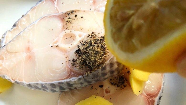 柠香鳕鱼,把没切开的半个柠檬的汁挤到鳕鱼里
