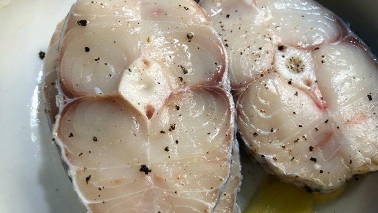 柠香鳕鱼,戴上手套把调料抹均匀,腌制20分钟