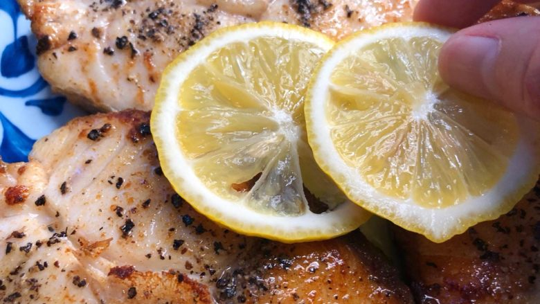 柠香鳕鱼,放上柠檬片和薄荷装饰