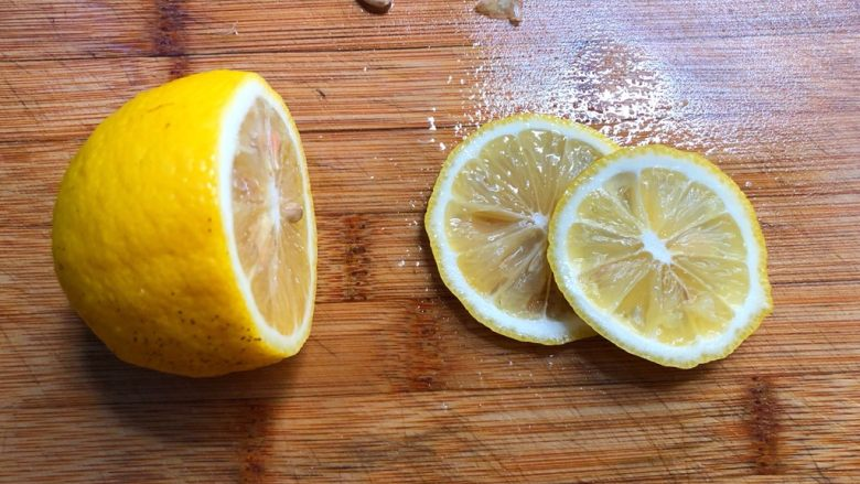 柠香鳕鱼,柠檬洗净,切2片去籽待用,剩下的不用切开,待会有用