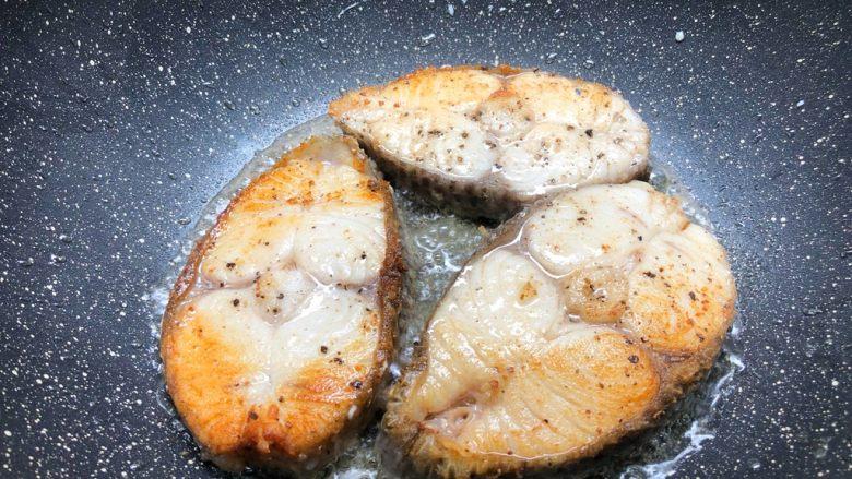 柠香鳕鱼,煎好一面翻另一面煎制