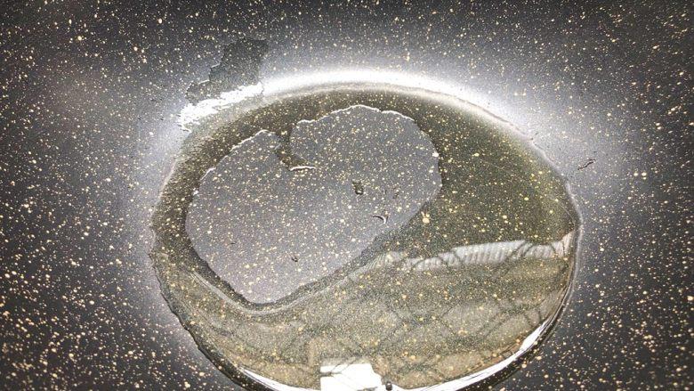 柠香鳕鱼,热锅放入适量油