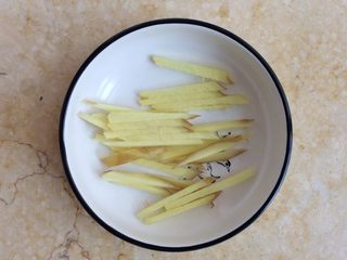 香煎带鱼,姜一小块,切成姜丝备用。