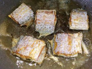 香煎带鱼,继续煎到金黄即可出锅。  小提示: 照片中左边的一小堆是盐,热油已经不能将盐化开了。