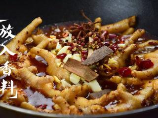酱卤鸡爪,加入适量水没过鸡爪,依次加入姜沫、蒜沫、桂皮、八角、干辣椒段;