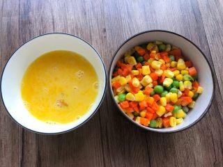 快手五彩炒饭,鸡蛋打成蛋液,玉米甜到冲洗一下