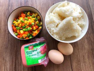 快手五彩炒饭,剩饭1碗,鸡蛋2个,香肠100g,玉米甜豆100g