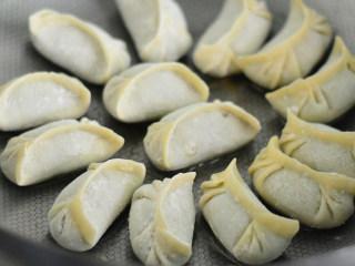 韭菜猪肉煎饺,锅里倒入少许油,烧热后放入饺子慢煎