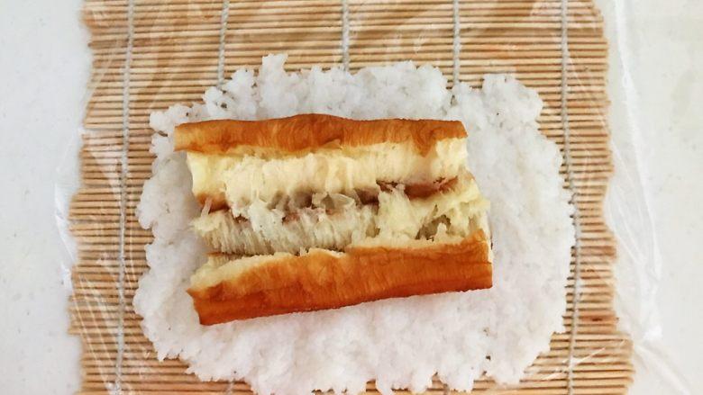 上班族的便当   风味独特的粢饭团,取一块油条放在米饭上