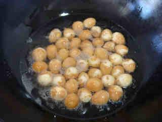 沙茶酱烧虎皮鹌鹑蛋,蘸好酱油的鹌鹑蛋,静置几分钟后用厨房用纸吸干水分。这一步很重要,一定不要忘记。锅中倒入适量的食用油,油七八成热时,将吸干水分的鹌鹑蛋放入进行炸制。当鹌鹑蛋表面呈现出形似虎皮的泡泡时捞出控油备用。