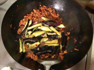 香辣肉末茄子煲,放入茄子翻炒