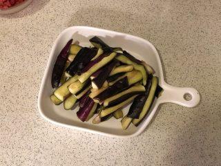 香辣肉末茄子煲,腌渍好的茄子冲洗挤去大部分水份