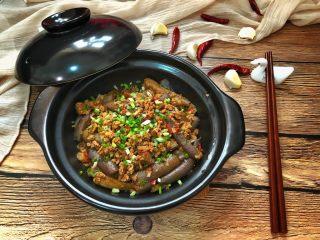 香辣肉末茄子煲,撒上葱花和剩下的蒜末即可