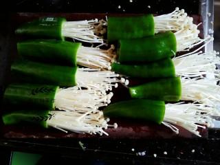 青椒金针菇,把上述准备好的金针菇和青椒组合起来,将金针菇插入到青椒里面可以插深一点,以免煎的时候会掉出来。
