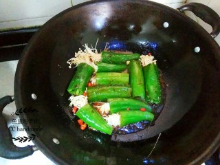 青椒金针菇,打开锅盖,倒入之前调好的酱汁入锅内,继续盖上锅盖压青椒吸收酱汁。酱汁收干,即可上碟。如果锅里还有酱汁可以把酱汁倒在青椒上面。