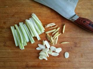 照烧鸡腿饭,将葱姜洗净切丝,蒜去皮去蒂切片。