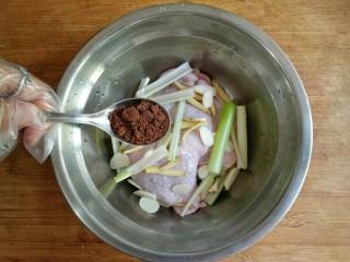 照烧鸡腿饭,将剔骨的鸡腿放入容器中,加入1汤匙红糖。