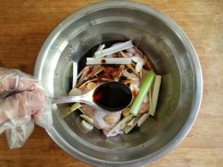 照烧鸡腿饭,加入两勺日式酱油。