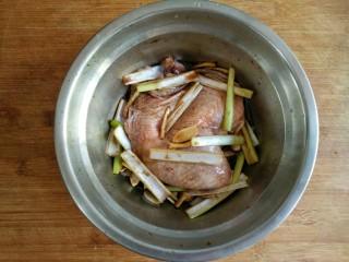 照烧鸡腿饭,放入冰箱冷藏至少半个小时,中间要在抓拌一次,使鸡腿快速均匀入味。