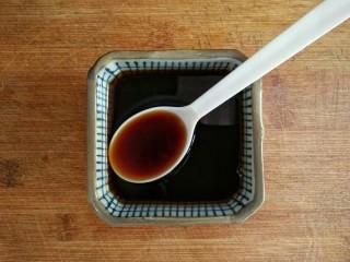 照烧鸡腿饭,调制照烧汁:蚝油,清酒,日式酱油,料酒,白糖按2:1:2:1:2比例混合,酱油和蚝油的品牌不同,含盐量不同,调好汁后,尝尝咸淡,以自己的喜好调整,甜度也是如此。 照烧汁用蜂蜜还是耗油 照烧汁的制作材料用蜂蜜或者是蚝油都是可以的,可以根据自己的口味来进行选择。 只是说蜂蜜一旦下锅之后就会丧失所有营养价值了。因为蜂蜜一旦处于60度的高温,就会丧失所有营养价值了。这个也是我们平时我们为什么用温水冲泡蜂蜜的原因。