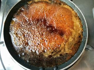 照烧鸡腿饭,将照烧汁倒入锅中,大火煮开。慢慢熬制酱汁浓稠即可关火。