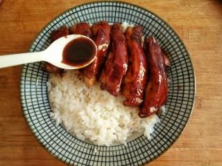 照烧鸡腿饭,大米洗净用电饭煲煮熟,在碗中盛入米饭,摆上切好的鸡腿肉再浇上一些照烧汁。