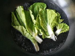 照烧鸡腿饭,将洗净的青菜入开水焯熟。