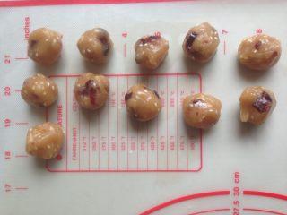 象形玉米,分成每个10克,搓圆备用。