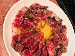 窝蛋雪花牛肉饭 ,摆好盘,蛋黄放中间,微波炉叮50秒,五成熟的雪花搭配米饭,美味!