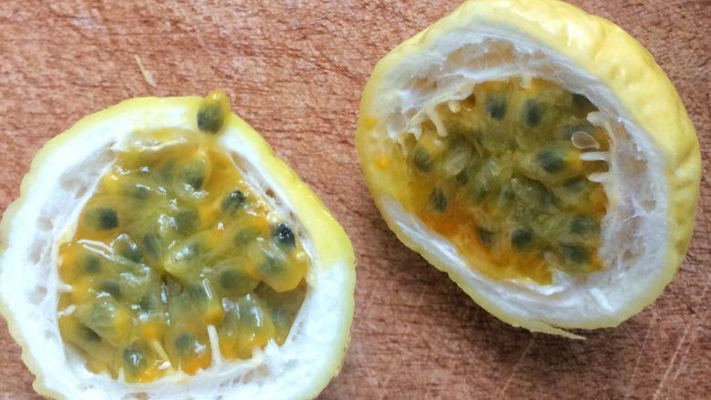 百香果蜜与百香果柠檬茶,3.将百香果切对半开。