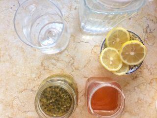 百香果蜜与百香果柠檬茶,11.下面开始制作百香果柠檬茶,制作时间仅需1分钟。  准备凉白开、蜂蜜、柠檬片、百香果蜜。  小提示:其实单纯用凉白开和百香果蜜冲泡已经很好喝,不过蜂蜜与柠檬片的加入能丰富甜和酸的层次感,味道会更棒。