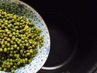 盛夏清热解毒汤+百合绿豆汤,将绿豆清洗干净放入电饭煲内胆