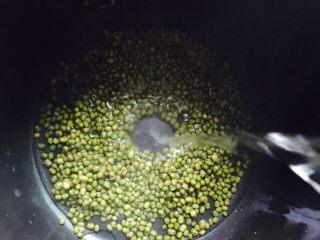 盛夏清热解毒汤+百合绿豆汤,加入足够的热水