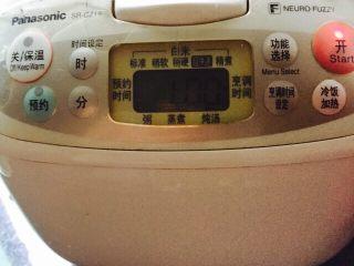 盛夏清热解毒汤+百合绿豆汤,将电饭煲内胆放入电饭煲,盖上盖子摁煮汤功能键