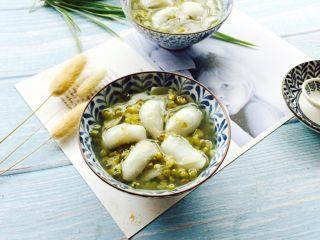 盛夏清热解毒汤+百合绿豆汤,盛在漂亮的器皿中