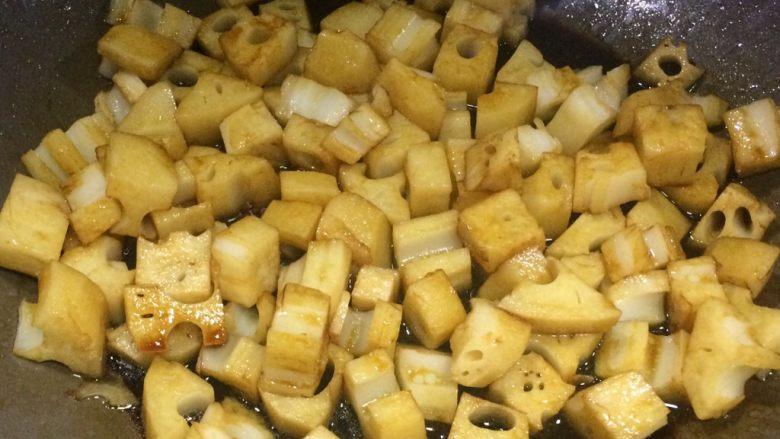 糖醋藕丁,11、翻炒均匀。  此时可见藕丁是不上色的。