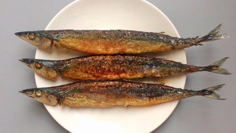 香煎秋刀鱼,8、出锅啦!隔着屏幕就能闻到香气。  也许你觉得煎得有点焦了吧?其实中间最焦那条才是最好吃的。