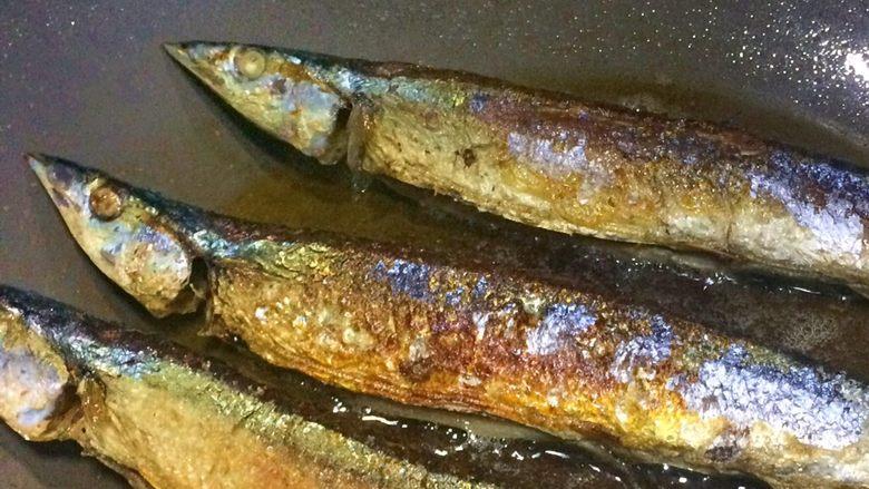 香煎秋刀鱼,7、煎到秋刀鱼的边沿能看出有一些金黄了,便可翻面。  继续将另外一面煎至金黄即可出锅。  小贴士:一般用筷子先轻轻拨一下,就能轻松翻面了,用铲子反而容易弄破皮。