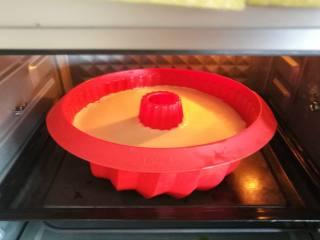 萨瓦林戚风蛋糕,送入烤箱,120度烘烤30分钟,再转130度烘烤40分钟