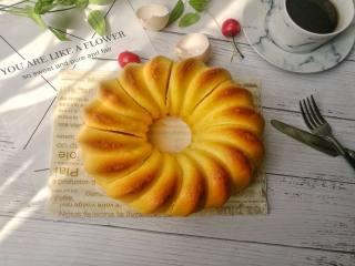 萨瓦林戚风蛋糕,出炉的蛋糕倒扣在网架上5-8分钟后温热状态下脱模(温热脱模只针对萨瓦林磨具,其他常规戚风磨具需要倒扣放凉后脱模),切块食用