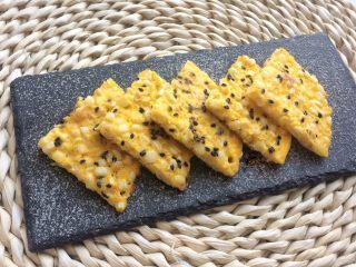 快手营养早餐:芝士甜玉米鸡蛋饼,芝士的添加能增添风味。