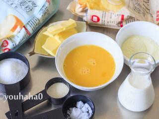 汤种牛奶吐司,准备主面团所需的材料,我喜欢做吐司的时候掺一点金龙鱼糕点用小麦粉,来降低面团的筋性,它不是必须要用的,可以不加,直接换成等量的金龙鱼面包用小麦粉即可。2个鸡蛋打散,就用100克,多余的留下做刷面用的。