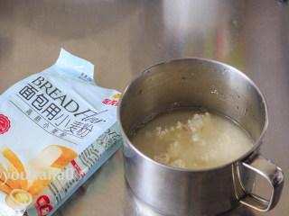 汤种牛奶吐司,先制作汤种,金龙鱼面包用小麦粉加入清水搅拌至无颗粒即可。
