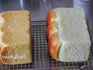 汤种牛奶吐司,模具放入预热到位烤箱的最下层,180度烘烤38分钟,面团表面上色后要盖锡纸,避免上色过深。到时间后取出,倒扣出吐司至网架上放凉即可。2个吐司上色一个深一个浅,2个模具是不同的品牌,金色不沾的模具烘烤时间需要延长5分钟。