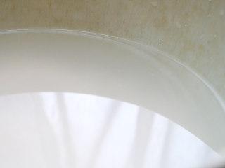 蟠桃饭,米淘洗,淘洗的第二遍水保留。淘米水也叫米泔水,可以用来炮制药物,减弱药物的辛燥气味和滑肠作用,有调理脾胃,增进饮食的功效。