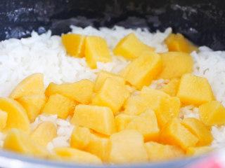 蟠桃饭,继续焖煮熟,就是一碗香甜的蟠桃饭。