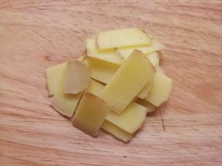 西葫芦炒肉,再切点姜片。